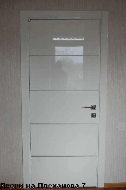 Купить белые двери смолдингом
